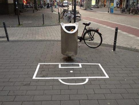 Intersiziplinärer Kunstkurs: Intervention im öffentlichen Raum, Dozent: Mayer-Brennenstuhl